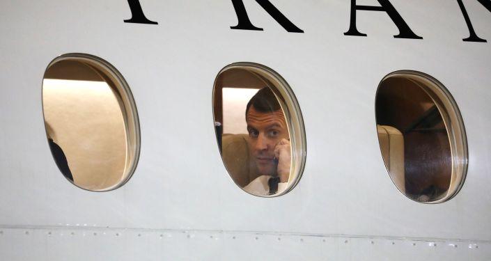 Prezydent Francji Emmanuelle Macron podczas rozmowy telefonicznej w samolocie