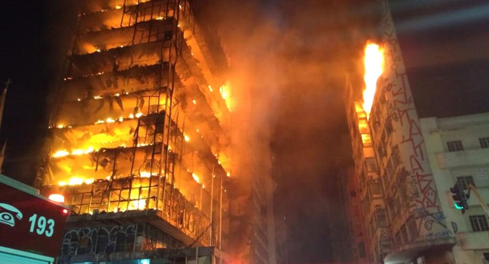 Płonący dom wielopiętrowy w centrum San Paulo