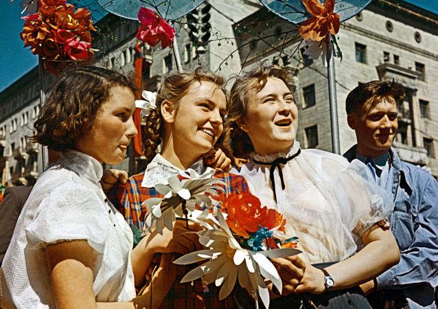 Radziecka młodzież podczas demonstracji w Moskwie, 1 maja 1959 r.