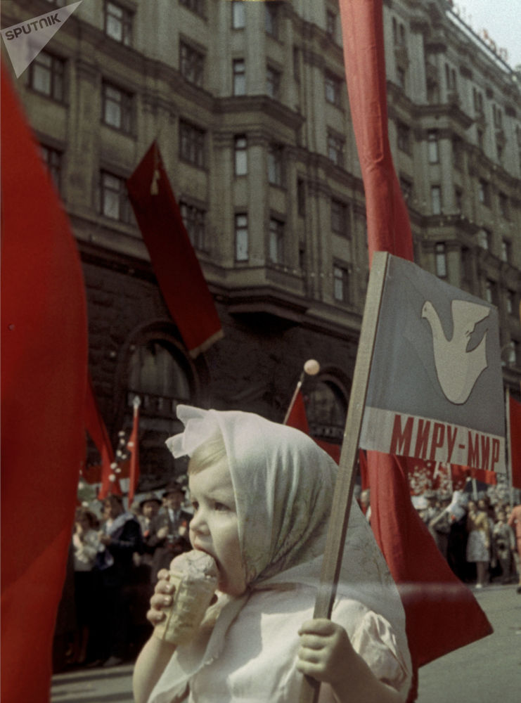 Dziecko je lody. Pierwszomajowa demonstracja, Moskwa, 1964 r.