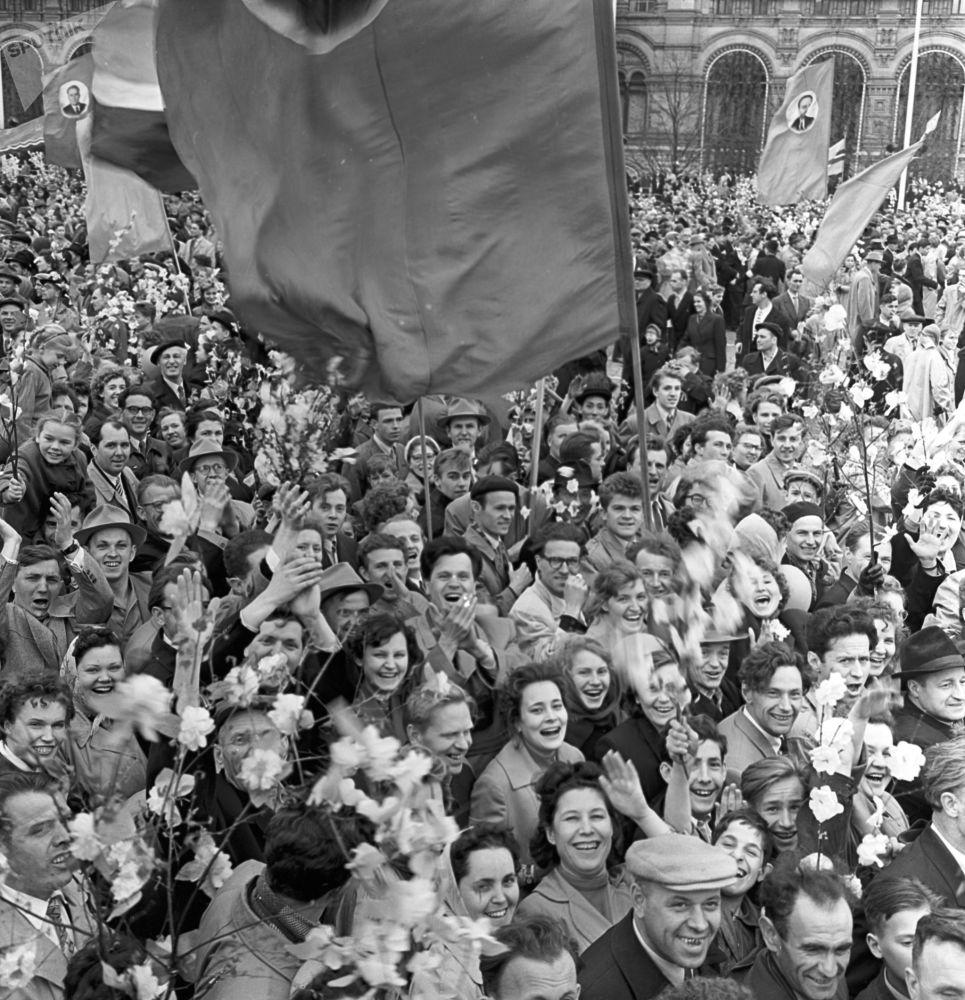 Uczestnicy pierwszomajowej demonstracji w Moskwie, 1960 r.