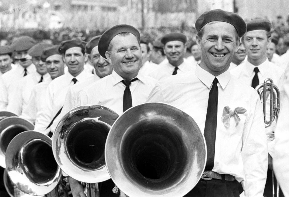 Muzycy zjednoczonej orkiestry robotników. Pierwszomajowa demonstracja na Placu Czerwonym, 1 maja 1969 r.
