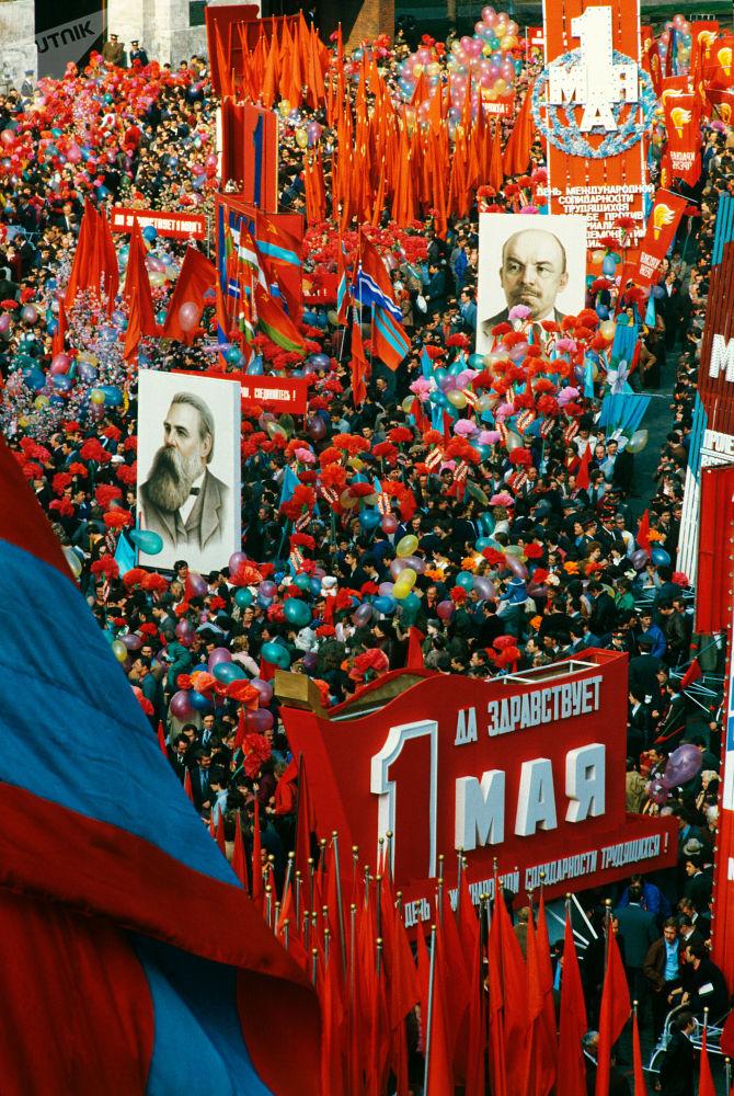 Kolumny demonstrantów na Placu Czerwonym, 1 maja 1984 r.
