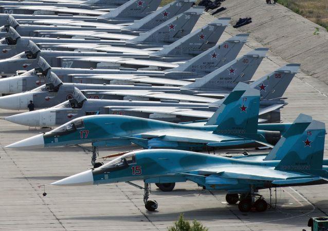 """Samoloty na lotnisku Belbek w Sewastopolu podczas przygotowań do zawodów  lotniczych """"Awiadarts 2016"""" na Krymie"""