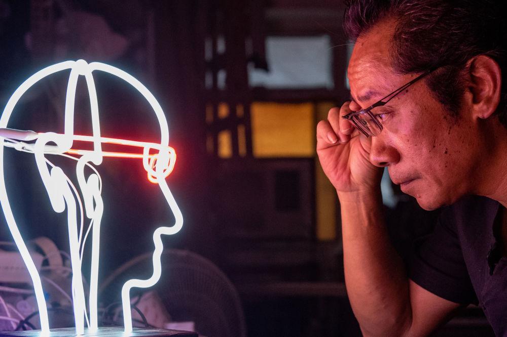 Specjalista od neonów Wu Chi-kai. Hongkong, Chiny