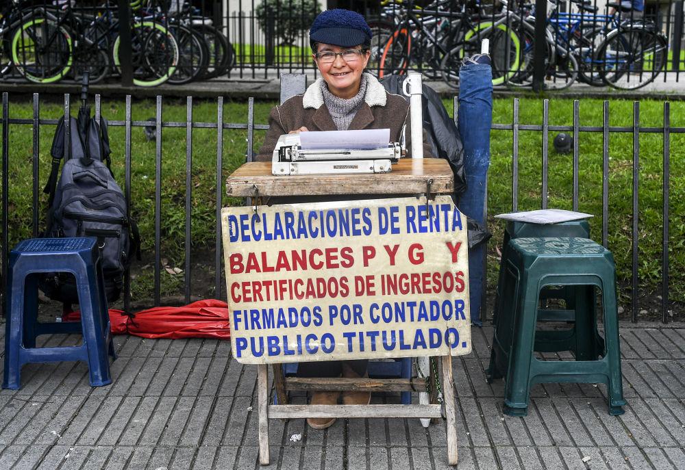 Uliczna urzędniczka Candelaria Pinilla (63 lat) przed rejonowym Urządem Skarbowym. Bogota, Kolumbia