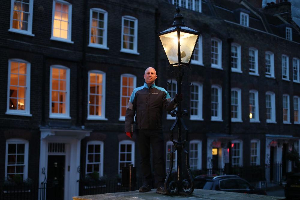 Iain Bell - naprawiacz gazowych latarni z Londynu