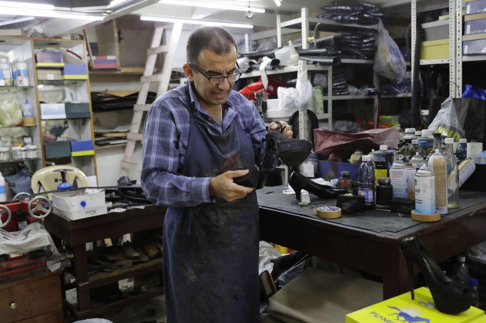 55-letni Joe Audi (Liban) zajmuje się naprawą obuwia w starej części miasta Dżunija