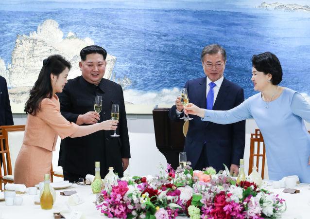 Lider Korei Północnej Kim Dzong Un z małżonką Ri Sol Ju i prezydent Korei Południowej  Moon Jae-in z małżonką Kim Jung-sook