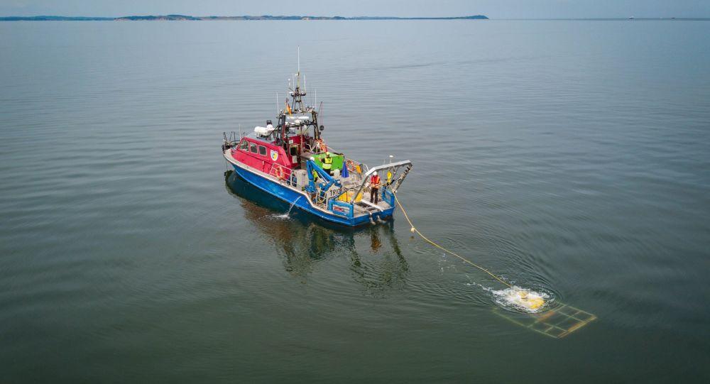 Badanie morskiego dna za pomocą zdalnie sterowanego aparatu niedaleko Lubmina, Niemcy