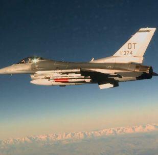 Amerykański myśliwiec F-16C z bombą lotniczą B61-12