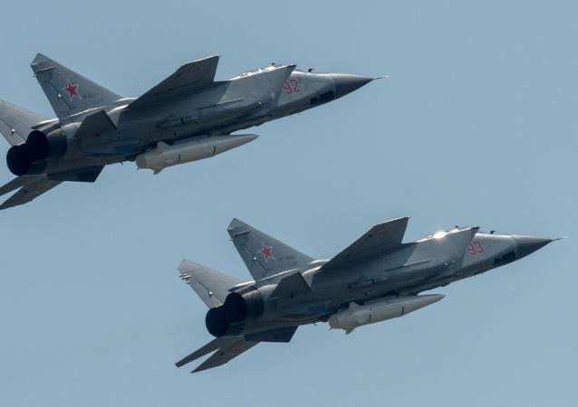 """Niszczyciele MiG-31K z najnowszymi systemami rakietowymi """"Kinżał"""" podczas próby przed Paradą Zwycięstwa w Moskwie"""