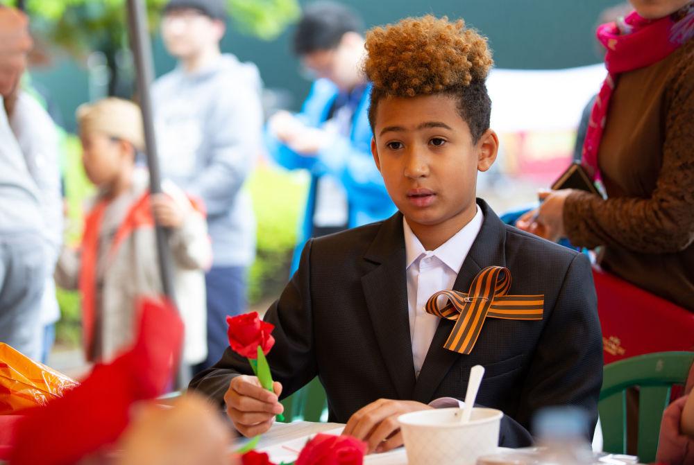 Chłopiec na przyjęciu poświęconym Dniu Zwycięstwa w Seulu