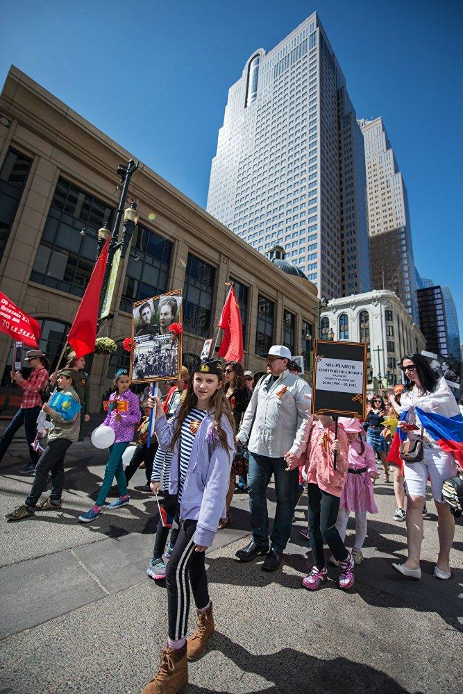 """Uczestnicy akcji """"Nieśmiertelny Pułk"""" w Calgary, Kanada"""