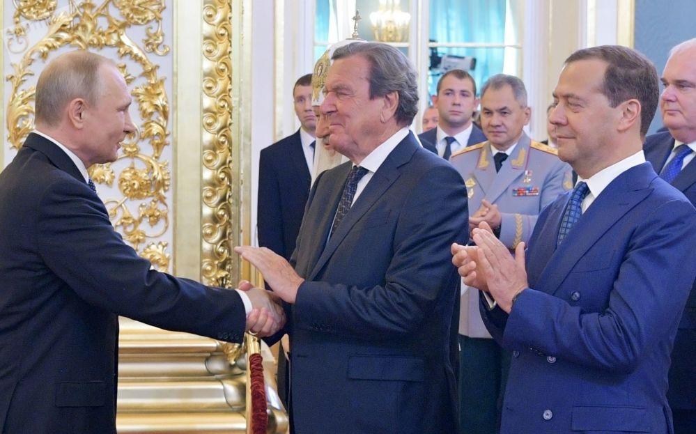 Prezydent Rosji Władimir Putin, przewodniczący rosyjskiego rządu Dmitrij Miedwiediew i były kanclerz Niemiec Gerhard Schröder na ceremonii inauguracji na Kremlu