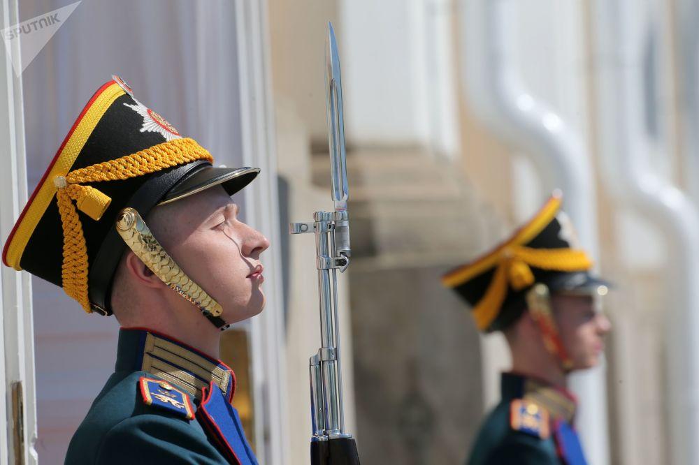 Żołnierze Pułku Prezydenckiego przed rozpoczęciem ceremonii inauguracji prezydenta w Wielkim Pałacu Kremlowskim