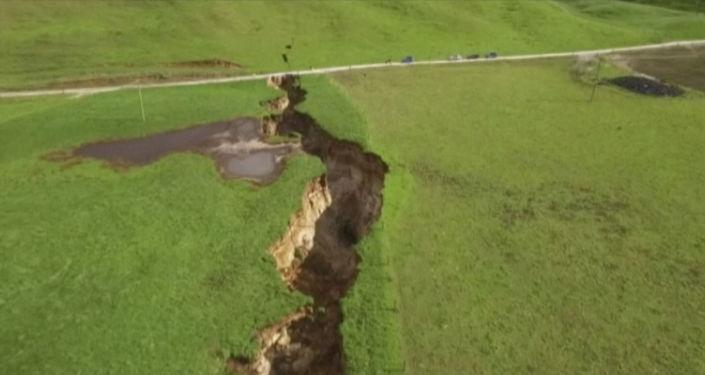 Gigantyczne pęknięcie w pobliżu miasteczka Rotorua w Nowa Zelandia