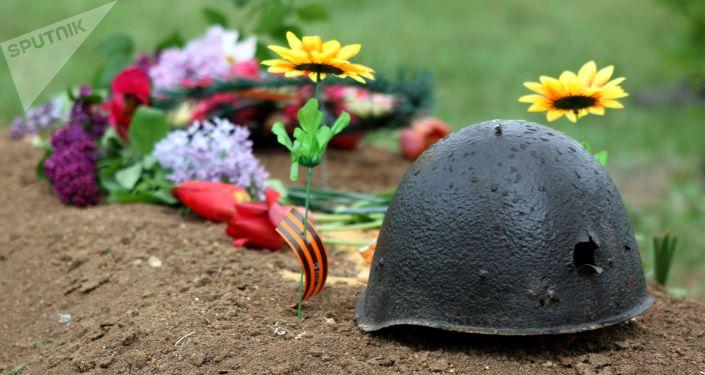 Kwiaty na grobie żołnierzy poległych w Wielkiej Wojnie Ojczyźnianej