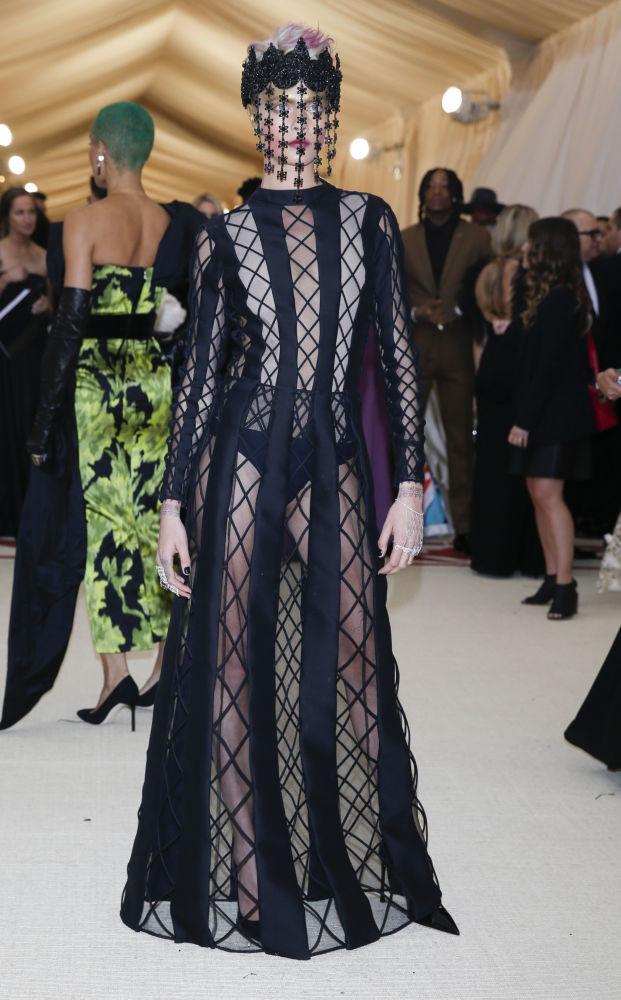 Modelka Cara Delevingne na otwarciu Met Gala 2018