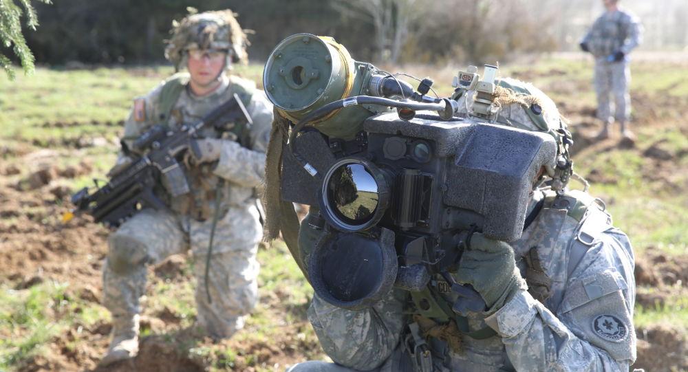 Amerykański żołnierz trzyma przenośny system rakiet przeciwpancerny Javelin