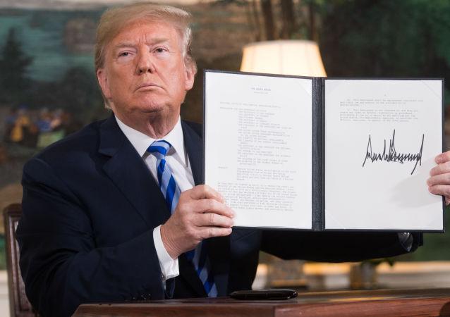 Prezydent USA Donald Trump z podpisanym dokumentem