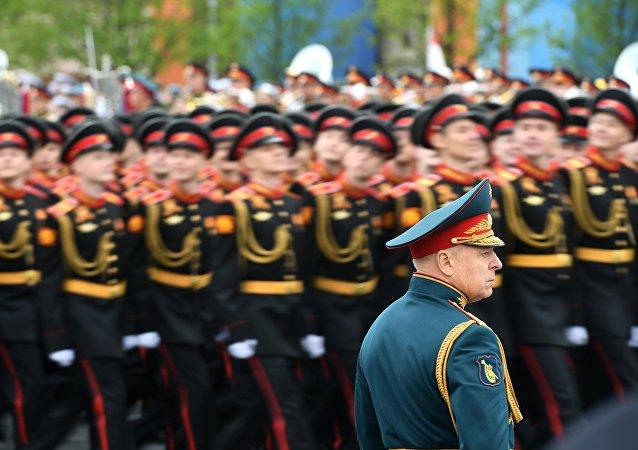 Pułk Wojsk Lądowych Sił Zbrojnych Rosji z generałem Olegiem Salukowym