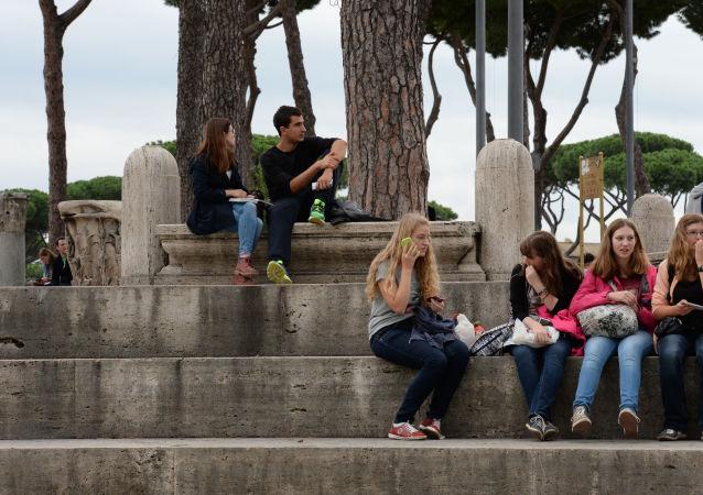 Młodzi ludzie na placu Wenecji w Rzymie