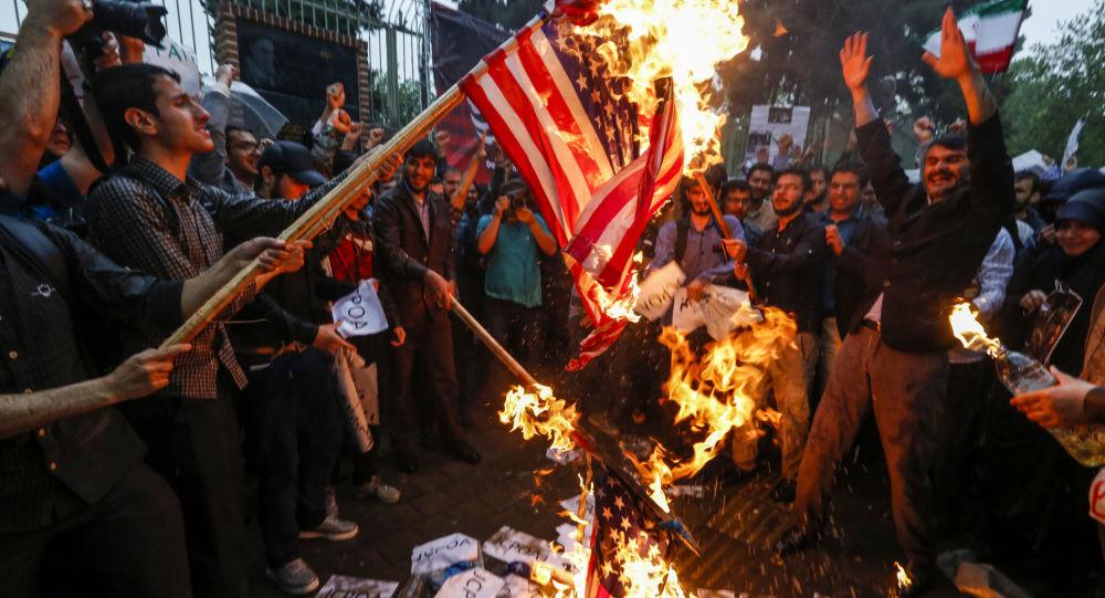 Palenie amerykańskiej flagi podczas akcji protestacyjnych w Teheranie, Iran