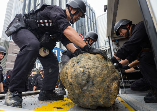 Oddział saperski obok bomby z czasów wojny znalezionej w centrum Hongkongu
