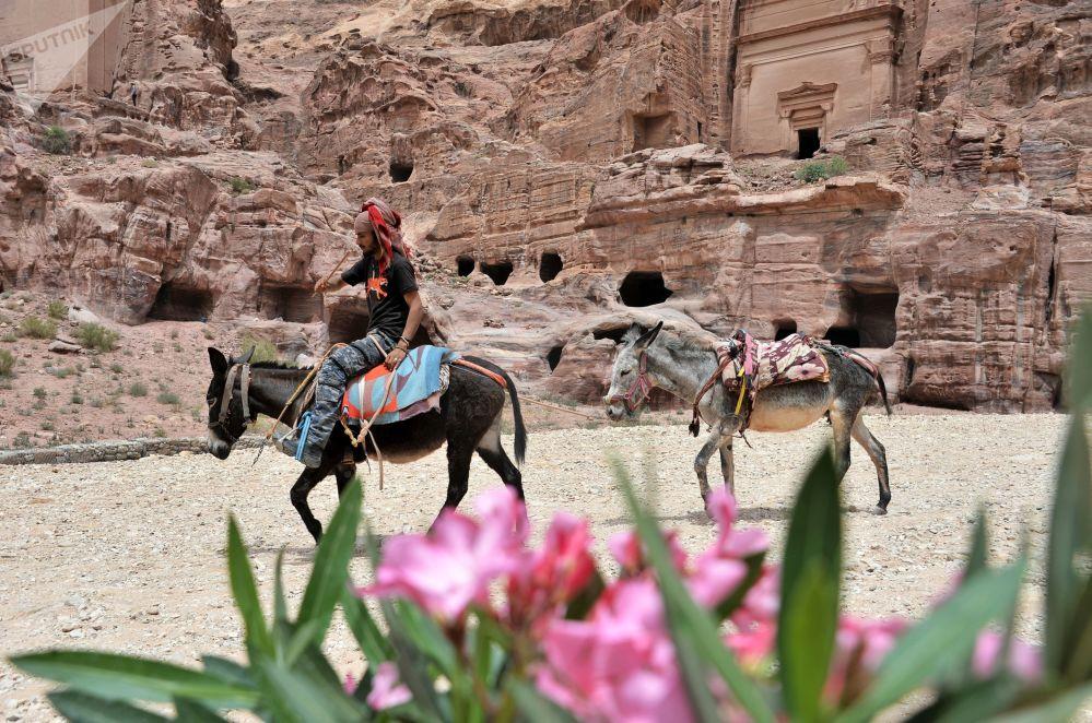 Beduin w starożytnym mieście Petra w Jordanii