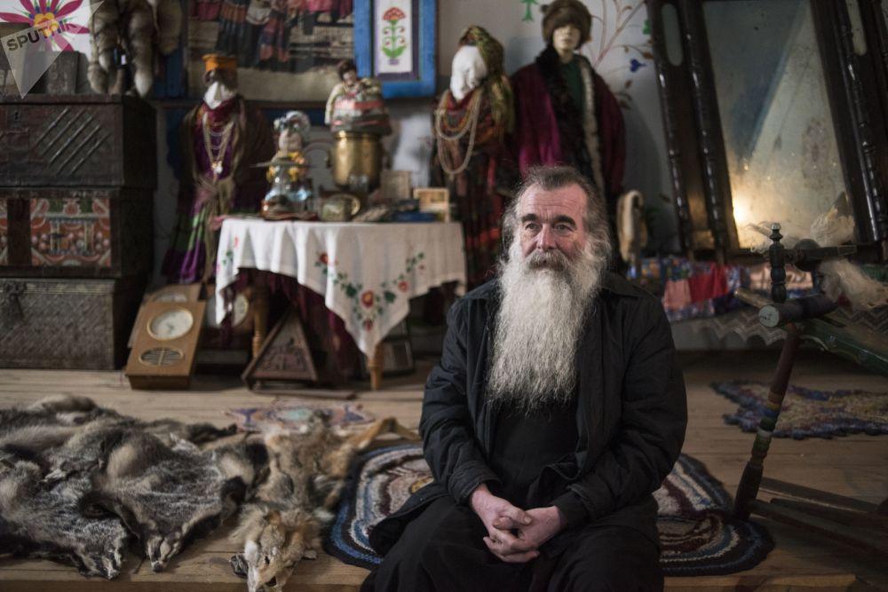 """Założyciel muzeum kultury materialnej staroobrzędowców Zabajkalia """"Elementy rodzinnej tradycji"""" kapłan Siergij Popkow (Palij) w miejscowości Tarbagataj w Buriacji"""