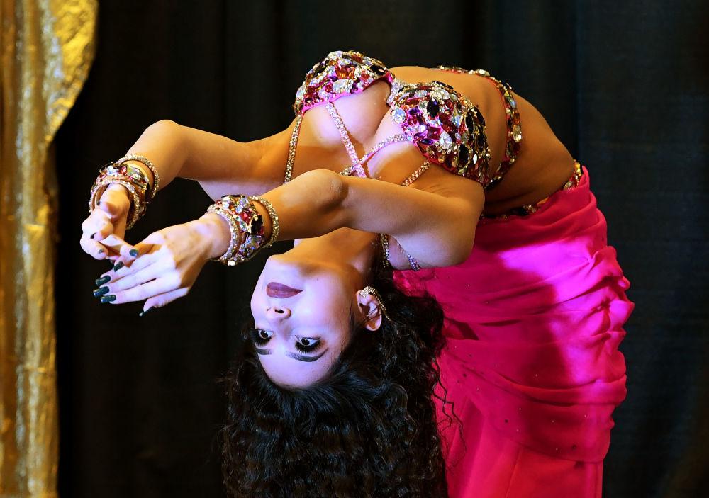Rosjanka wykonuje taniec brzucha podczas konkursu w Long Beach