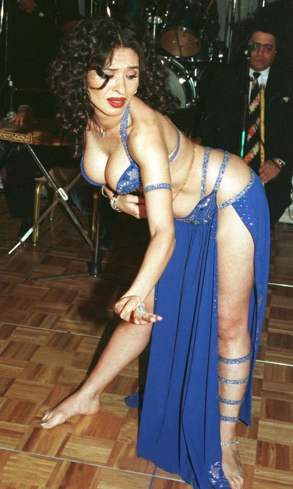 Tancerka wykonuje taniec brzucha w Kairze