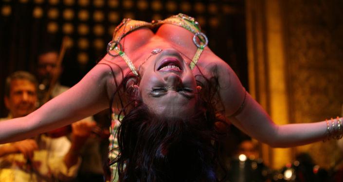 Tancerka podczs pokazu tańca brzucha w Kairze