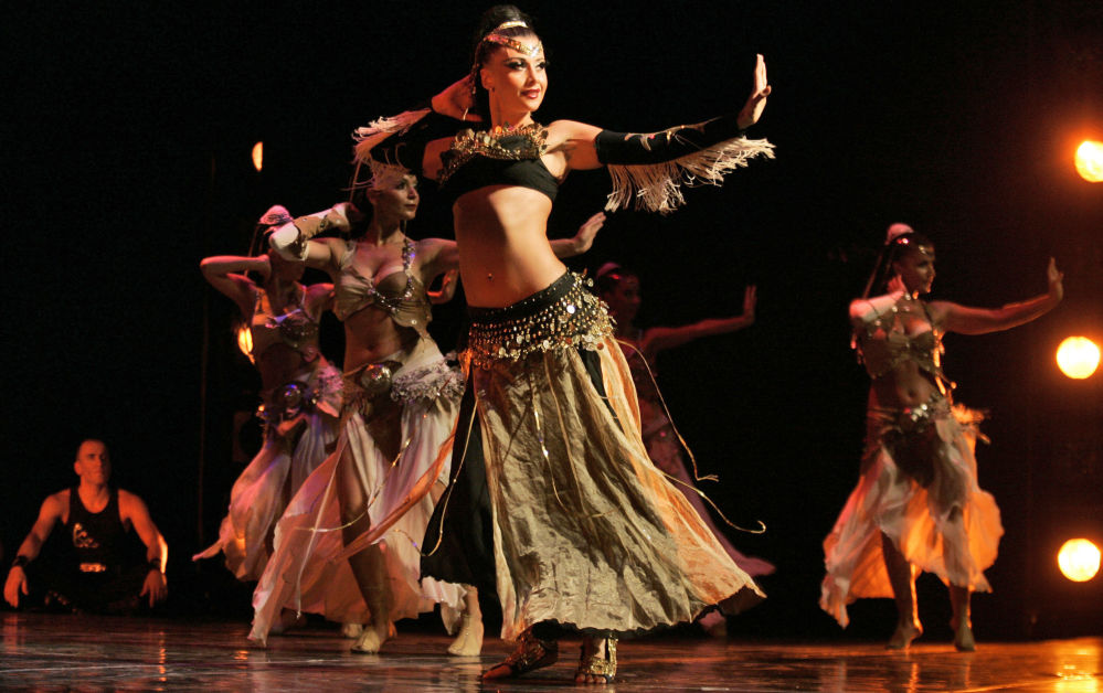 Turecki zespół taneczny Fire of Anatolia podczas pokazu tańca brzucha w mieście Ramallah
