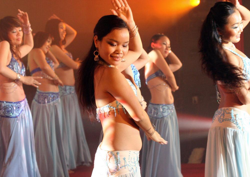 Wietnamki z tanecznego zespołu Apsara Dance Studio