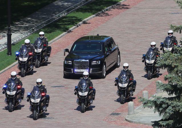 """Samochód Aurus """"Cortege"""" prezydenta Federacji Rosyjskiej na terenie Kremla Moskiewskiego"""