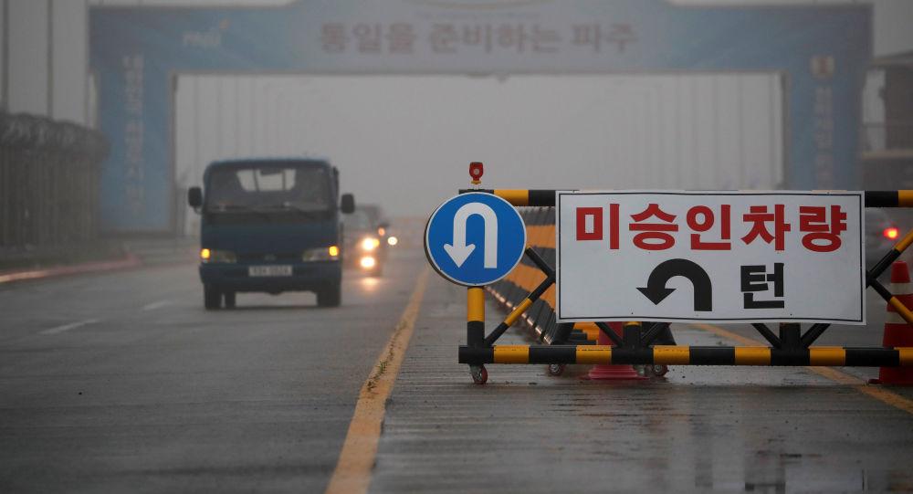 Drogowskaz na moście prowadzący do Panmundżom w strefie zdemilitaryzowanej między dwiema Koreami