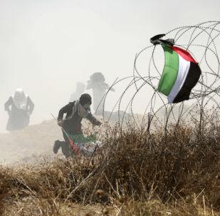 Palestyński demonstrant w czasie starć z izraelskimi siłami bezpieczeństwa przy granicy między Strefą Gazy i Izraelem