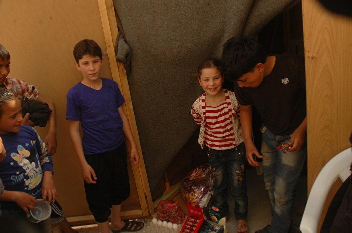Hatim ma dwanaście lat, sprzedaje ciastka w sklepie na terytorium obozu dla uchodźców