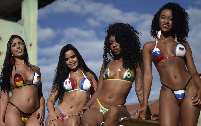 Dziewczyny w bikini w kolorach flagi niektórych krajów uczestniczących w Pucharze Świata 2018 w spa w Belo Horizonte, Brazylia