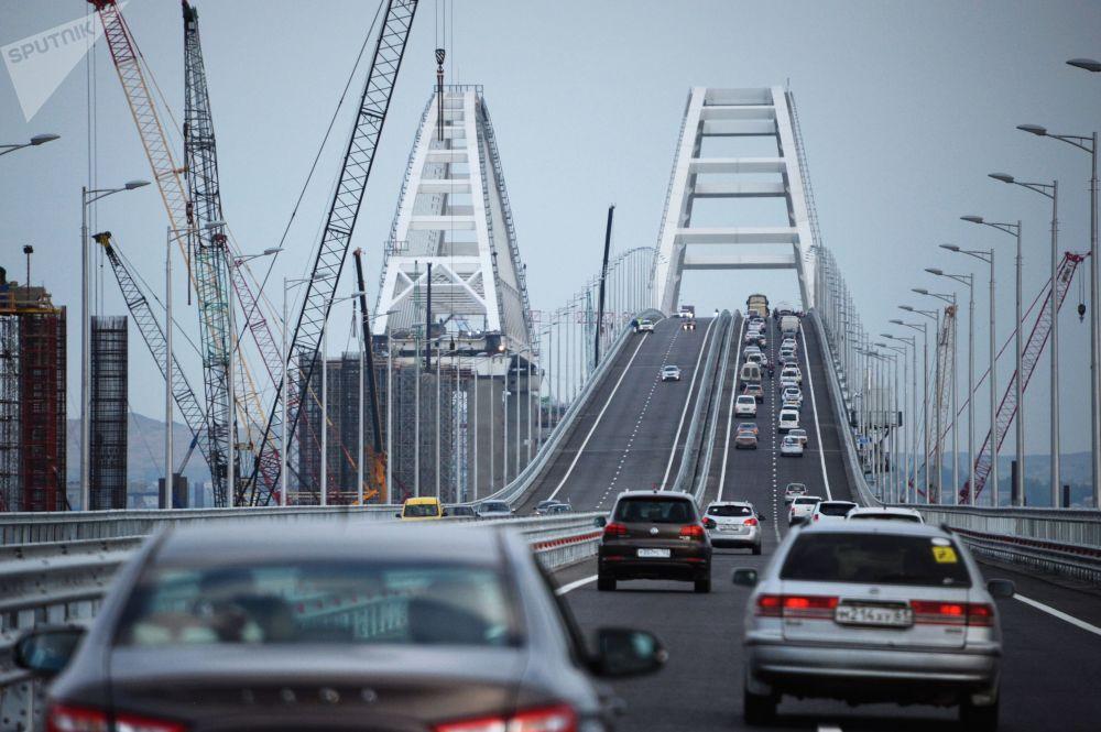 Ruch samochodowy na odcinku drogowym Mostu Krymskiego