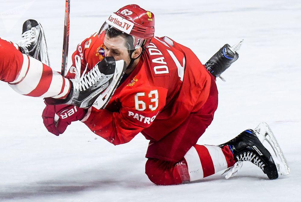 Gracz reprezentacji Rosji Jewgienij Dadonow w meczu etapu grupowego Mistrzostw Świata w hokeju pomiędzy reprezetacjami Rosji i Słowacji