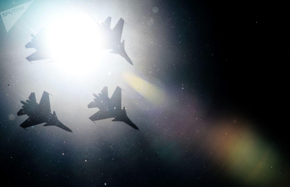 """Zespół myśliwców Su-30SM grupy pilotażu """"Russkie Witiazi"""" podczas obchodów 80-lecia Centrum Techniki Lotniczej im. Kożeduba na lotnisku """"Kubinka"""" w obwodzie moskiewskim"""