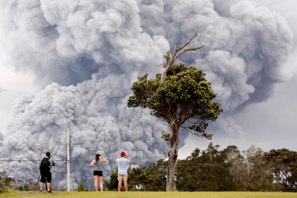 Ludzie obserwują erupcję wulkanu Kilauea na Hawajach w USA