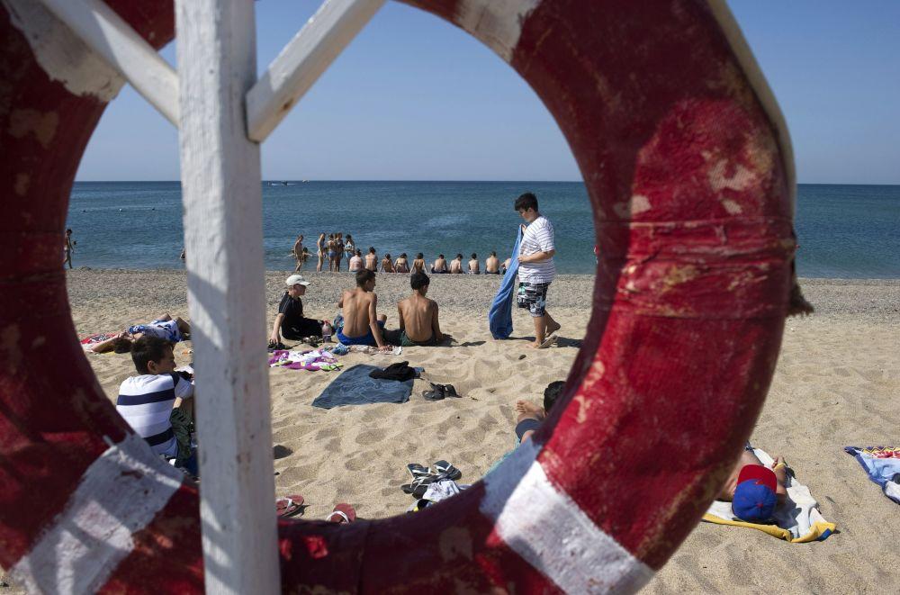 Urlopowicze na plaży morza Czarnego na Krymie