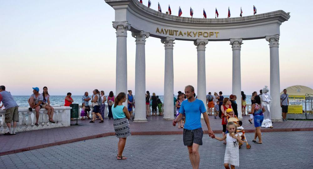 Urlopowicze na placu około rotundy w Ałuszcie