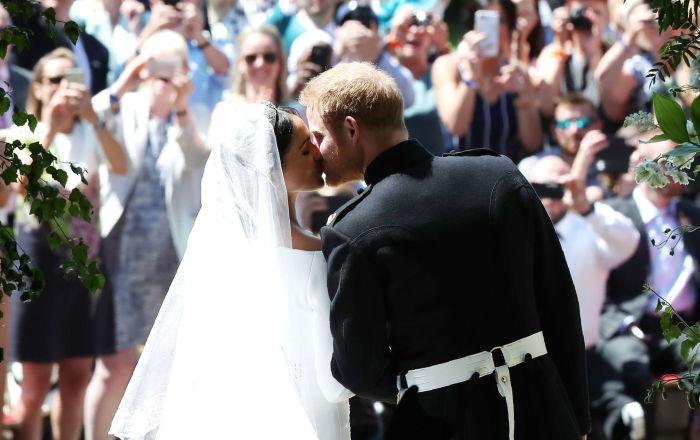 Pierwszy pocałunek po ceremonii ślubnej