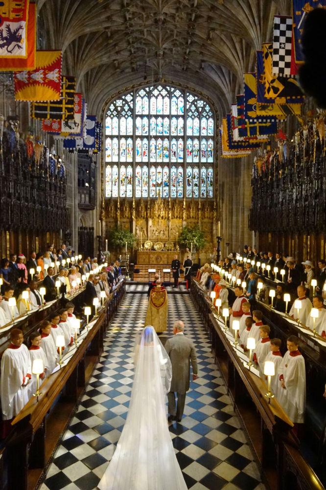 Książę Karol prowadzi Meghan Markle do ołtarza
