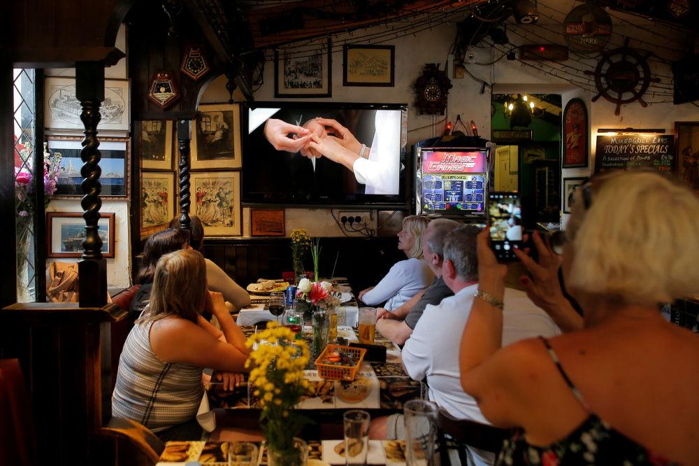 Brytyjczycy oglądają w telewizji ceremonię ślubu królewskiego